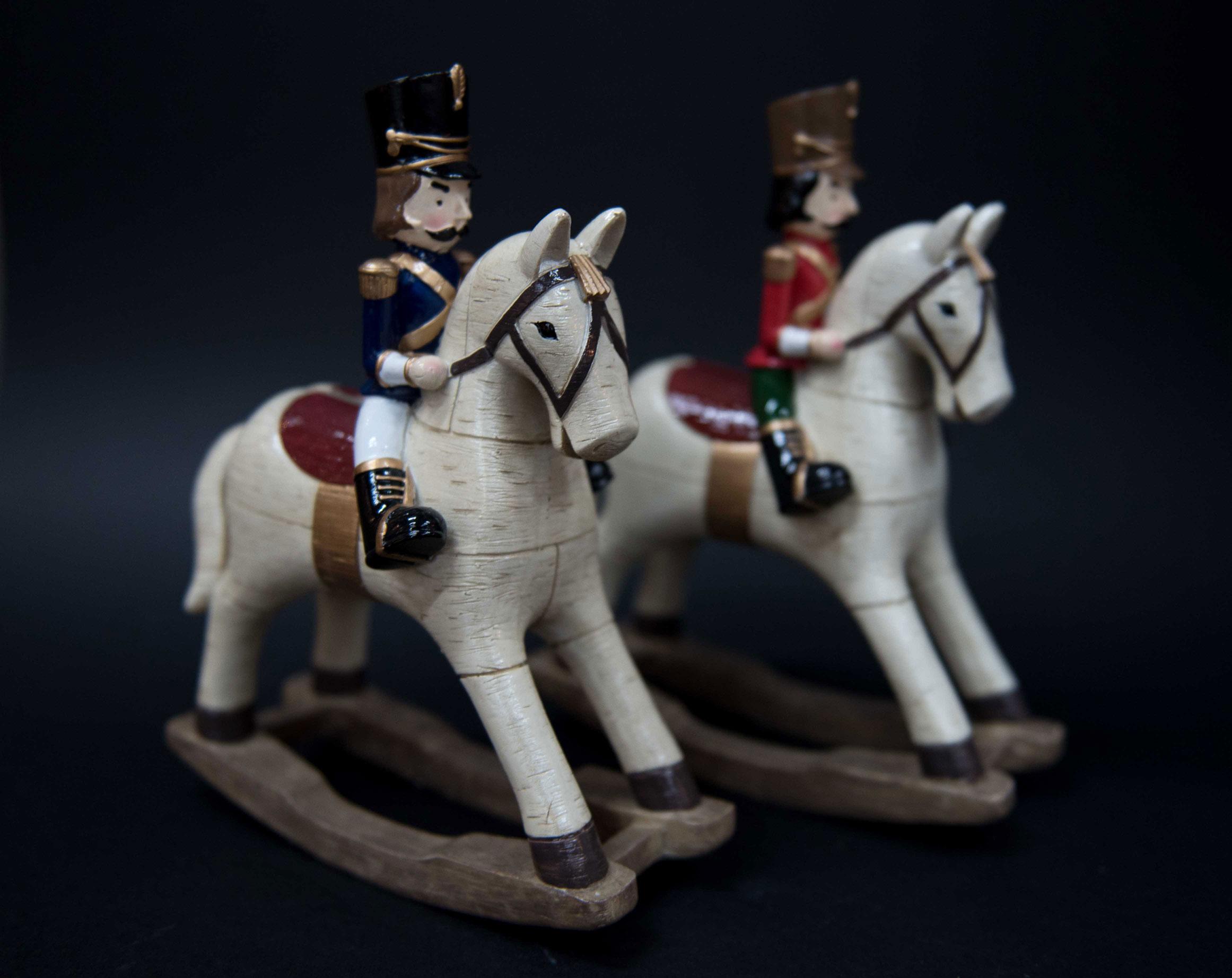 Cavallo A Dondolo Legno Bomboniera.Salvadanaio In Ceramica A Forma Di Soldatini A Cavallo A Dondolo